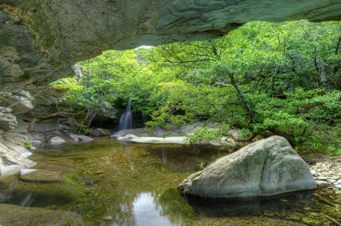 watervallen en bronnen op andros, griekenland